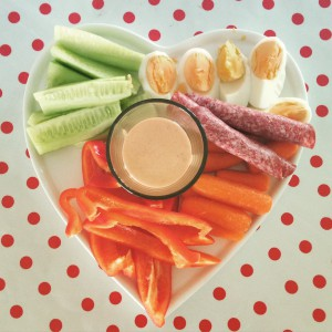 De meiden kregen ook tapas. Het sausje is gemaakt van yoghurt, yogonaise, gegrilde paprika uit een pot en zongedroogde tomaatjes. Even blenden, klaar.